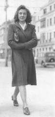 Mum 1941 at 200 cropped.jpg